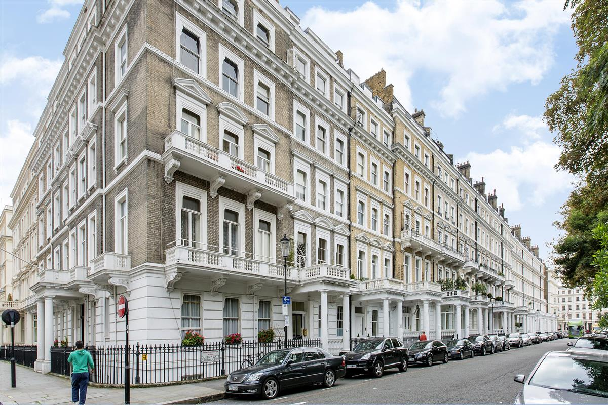 Flat to rent in queen 39 s gate gardens sw7 featuring a roof for Queens gate terrace