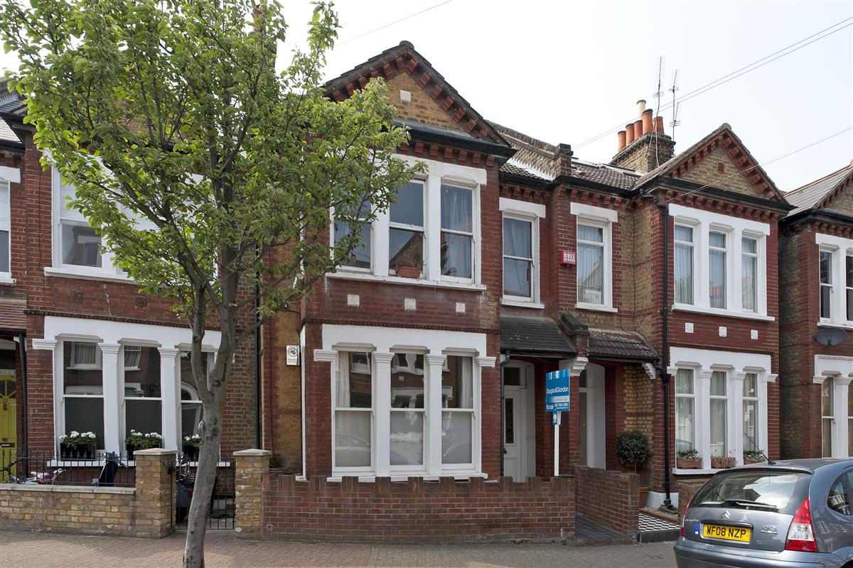 Flat To Rent In Marney Road Sw11 Featuring A Garden Ref